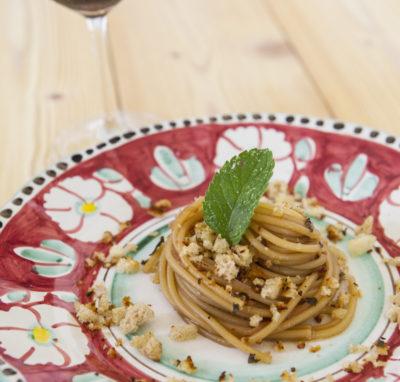 Spaghetti agrodolce alla cipolla rossa di Tropea con briciole di pane profumato